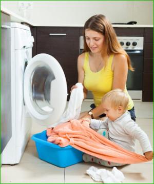 Familie beim Wäsche trocknen